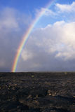 Regnbåge över ett lavafält i Hawaii Royaltyfri Foto