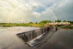 Regnbåge över floden i bygd av Thailand, Ubonratchathan Royaltyfria Bilder