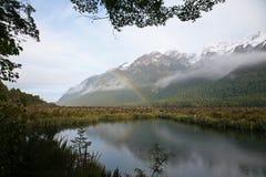 Regnbåge över floden i Fiordland Arkivfoton