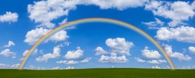 Regnbåge över grönt fält arkivbilder