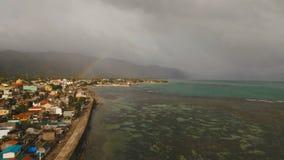 Regnbåge över havet och kuststaden Catanduanes öFilippinerna stock video