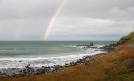 Regnbåge över havet på jättens vägbank som är nordlig - Irland Royaltyfria Foton