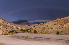 Regnbåge över huvudväg 14 som leder till Bighorn nationalskogen Arkivfoto