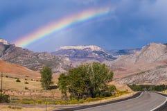 Regnbåge över huvudväg 14 som leder till Bighorn nationalskogen Arkivbilder