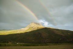 Regnbåge över kullar Royaltyfri Fotografi