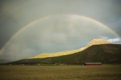 Regnbåge över kullar Arkivbilder