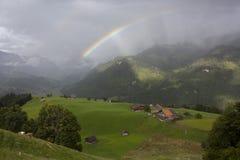 Regnbåge över kullar Arkivfoto
