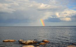 Regnbåge över Ladoga sjön Royaltyfri Fotografi