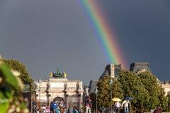 Regnbåge över Louvreslotten arkivbilder