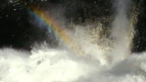 Regnbåge över rinnande vattnet av vattenfallet stock video