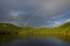 Regnbåge över sjön, Ontario, Kanada Arkivbilder