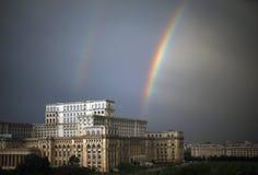 Regnbåge över slotten av parlamentet Royaltyfri Foto