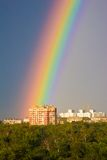 Regnbåge över stad Royaltyfria Bilder