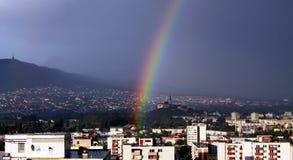 Regnbåge över staden Royaltyfri Fotografi