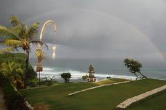 Regnbåge över Uluwatu, Bali, Indonesien Arkivfoto