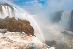 Regnbåge över vattenfall Arkivbild