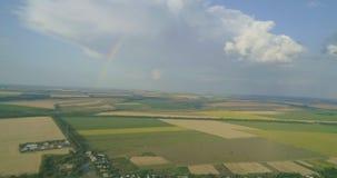Regnbåge över vete, nödgräs, majs, korn, havre, rhy fält arkivfilmer