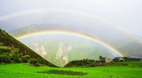 Regnbåge Daocheng&Aden av Sichuan Kina royaltyfria bilder
