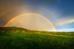 regnbåge efter storm arkivfoto