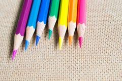 Regnbåge färgade blyertspennor Royaltyfri Bild