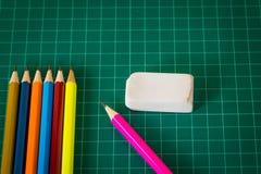 Regnbåge färgat blyertspenna och gummi Arkivbild