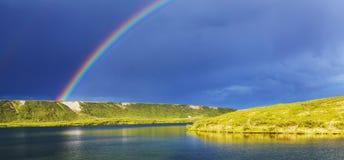 Regnbåge i berg arkivbild