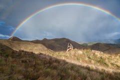 Regnbåge i bergen Arkivfoton
