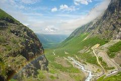 Regnbåge i dalen Trollstigen. Norge Arkivfoton