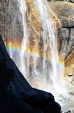 Regnbåge i den Yosemite vattenfallet Royaltyfri Bild