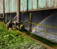 Regnbåge i det gamla industriella kylskåpet Arkivbild