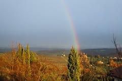 Regnbåge i det karakteristiska landskapet av Tuscany Kullarna av Chiantisöder av royaltyfria bilder