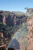 Regnbåge i en afrikansk kanjon royaltyfri fotografi