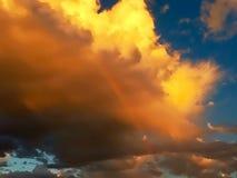 Regnbåge i ett stormmoln på solnedgången Royaltyfri Fotografi