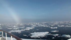 Regnbåge i havet bland isberg och is i arktisk arkivfilmer