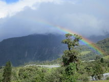Regnbåge in i molnen på ett berg Royaltyfria Foton