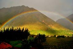 Regnbåge i peruanskt landskap Arkivfoto