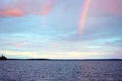 Regnbåge i solnedgången över sjön Seydyavr bak norra polcirkeln på Kola Peninsula Arkivbild
