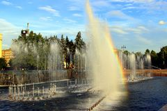 Regnbåge i springbrunn Royaltyfria Foton