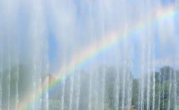 Regnbåge i springbrunnen Arkivbild