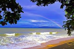 Regnbåge i strand för Ao Nang. Arkivbild