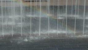 Regnbåge i vattenstrålar arkivfilmer