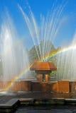 Regnbåge i waterdropsna av en springbrunn Arkivfoton