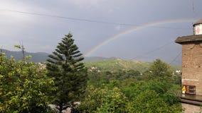 Regnbåge med härligt landskap arkivfoton