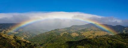 Regnbåge nära Monteverde och Santa Elena i Costa Rica arkivbilder