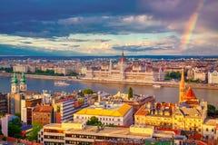 Regnbåge nära Parlament och flodstrand av Danube River i Budapest, Ungern royaltyfri foto