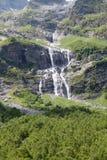 Regnbåge nära vattenfallet royaltyfri fotografi