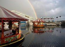 Regnbåge- och regnstorm Brighton Pier UK Royaltyfri Fotografi
