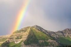 Regnbåge och steniga berg Arkivfoto