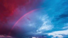 Regnbåge och stormmoln på solnedgången, Time-schackningsperiod arkivfilmer