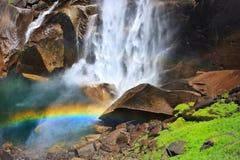 Regnbåge och vattenfall Arkivbilder